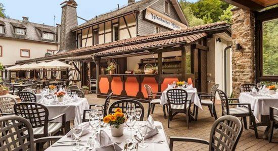 Wambacher-Muehle-Hotel-Aussenbereich-Terasse