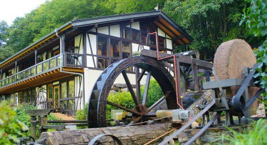 Wambacher-Muehle-Hotel-Handwerksmuseum-Wasserrad