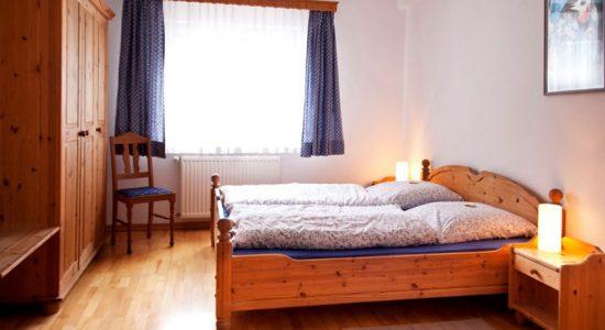 Wambacher-Muehle-Hotel-Hotelzimmer-Doppelbett