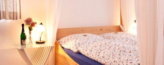 Wambacher-Muehle-Hotel-Sekt-im-Himmelbett