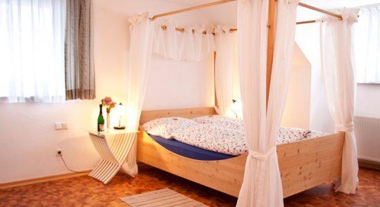 Wambacher-Muehle-Hotel-Zimmer-mit-Himmelbett